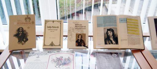 Bibliotekoje eksponuojamos knygos apie Emiliją Pliaterytę