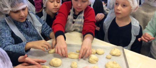 2e klasės mokiniai kepė duonelę