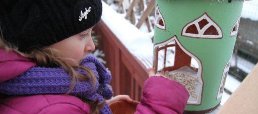 1f mokiniai rūpinasi paukšteliais žiemą